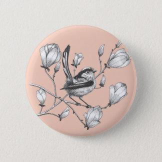 vogel op de roze knoop van de magnoliaboom ronde button 5,7 cm