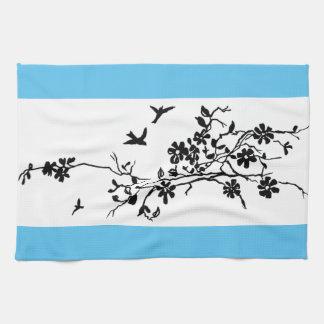 Vogels en bloeiende takken in een illustratio van theedoek