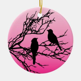 Vogels op een Tak, Zwart tegen Dawn Pink Rond Keramisch Ornament