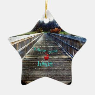 Volg Uw Hart over Brug in Licht Keramisch Ster Ornament