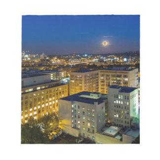 Volle maan die over Portland toeneemt OF de stad Notitieblok