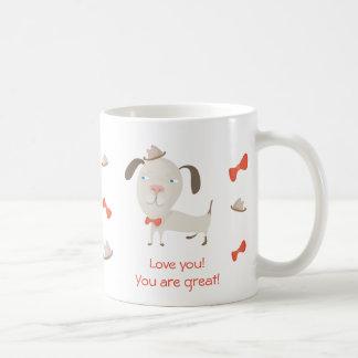 Vriendschappelijk weinig pug hond in pet en met koffiemok