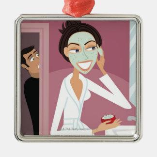 Vrouw die gezichtsmasker toepast zilverkleurig vierkant ornament