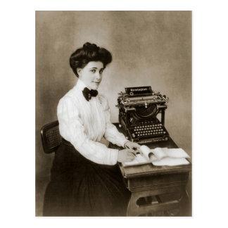 Vrouw gezet bij een bureau met een vintage briefkaart