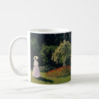 Vrouw in een Tuin door Claude Monet Koffiemok