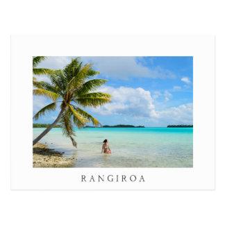 Vrouw onder een palm wit briefkaart Rangiroa Briefkaart