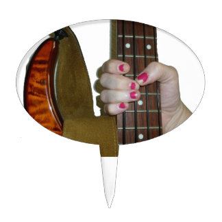 vrouwelijke hand die vier koord bashals houden cake prikkers
