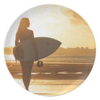 Vrouwelijke Surfer op het Strand Bord