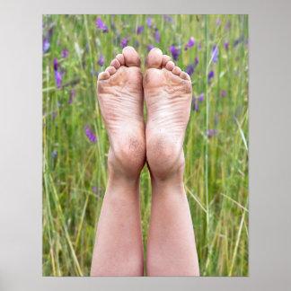 vuile naakte voeten in wildflowers poster