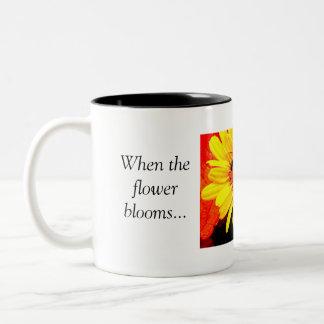 Wanneer de bloem. bloeit. tweekleurige koffiemok