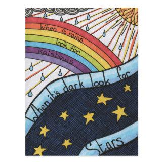 Wanneer het regent zoek regenbogen briefkaart