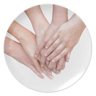 Wapens van meisjeshanden op elkaar bord