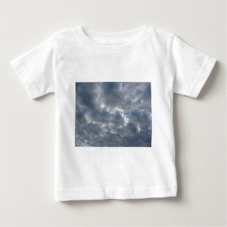 Warme hemel met reuzencumulonimbus wolken bij baby t shirts
