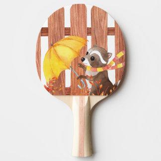wasbeer met paraplu die door omheining lopen tafeltennis bat