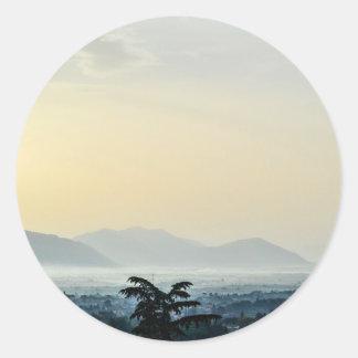 Wazige ochtenddaken en een lange boom ronde sticker