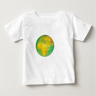 Wereldbol met aarde op wit wordt geïsoleerd dat baby t shirts
