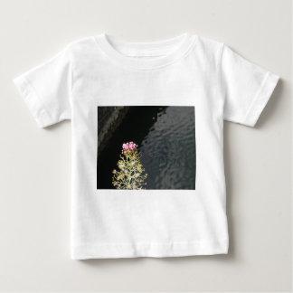 Wildflowers tegen de waterspiegel van een rivier baby t shirts