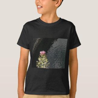 Wildflowers tegen de waterspiegel van een rivier t shirt