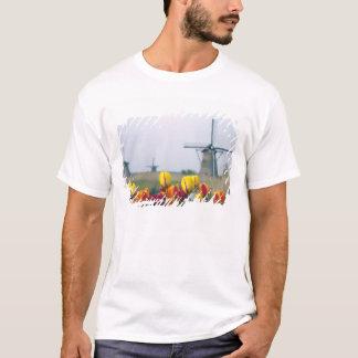Windmolens en tulpen langs het kanaal binnen t shirt