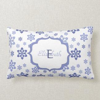 Wit met het Blauwe Monogram van Sneeuwvlokken Lumbar Kussen