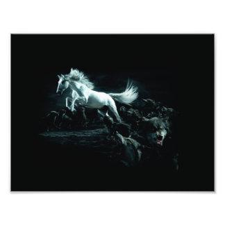 Wit Paard en de Aanval van Wilde Wolven Fotoafdrukken