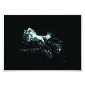 Wit Paard en de Aanval van Wilde Wolven Foto Prints