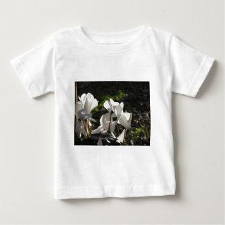 Witte de cyclaambloemen van Backlits op donkere Baby T Shirts