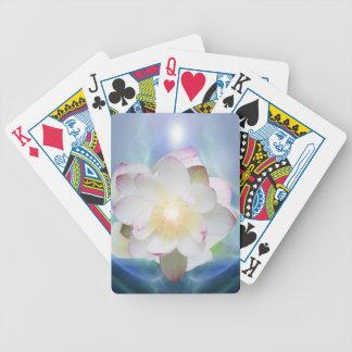 Witte lotusbloem in blauw kristal pak kaarten