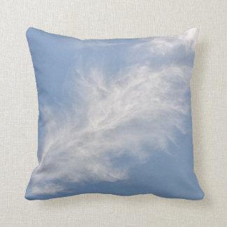 Witte Luchtige Wolken in een Blauwe Hemel Sierkussen