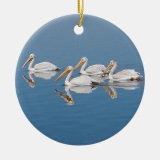 Witte Pelikanen op Meer Barr Rond Keramisch Ornament