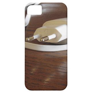 Witte smartphonelader op houten lijst barely there iPhone 5 hoesje