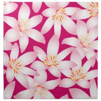 Witte tropische bloemen op roze katoenen servet