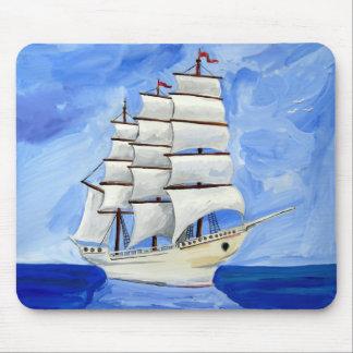 witte zeilboot op blauw zee muismatten