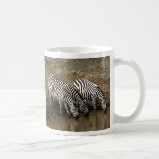 Zebras die bij de Mara Rivier drink - Mok