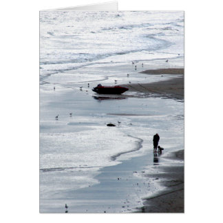 Zee dat aan kust bij schemer komt wenskaart