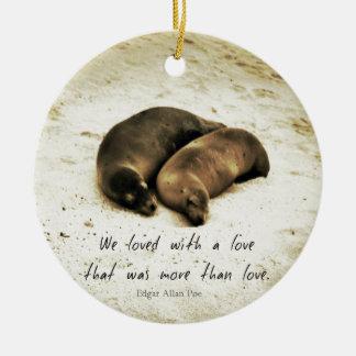 Zeeleeuwen van het het paar de romantische citaat rond keramisch ornament