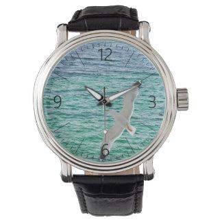 Zeemeeuw die boven een zee vliegen horloge