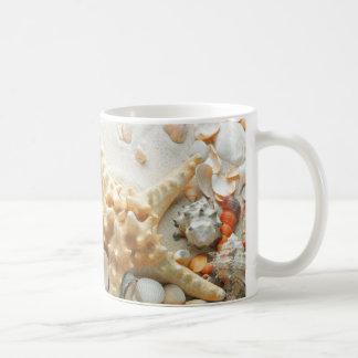 Zeeschelpen op de strandmok koffiemok