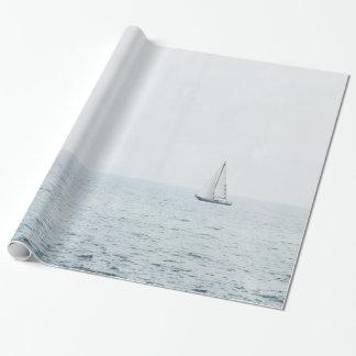 Zeilboot bij het Nevelige Blauwe Oceaan Varen van Inpakpapier