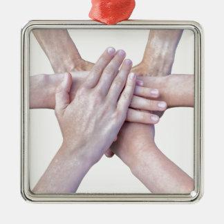 Zes wapens verenigen zich met handen op elkaar zilverkleurig vierkant ornament