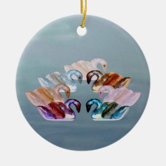 Zeven Zwanen het Zwemmen sieren Rond Keramisch Ornament