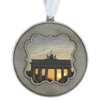 Zonsondergang bij de Poort van Brandenburg, Geschulpt Ornament