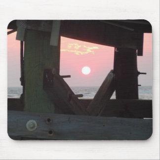 Zonsondergang door de Pijler - Eiken Eiland, NC Muismatten