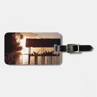Zonsondergang in hangmat op tropisch eilandstrand kofferlabel