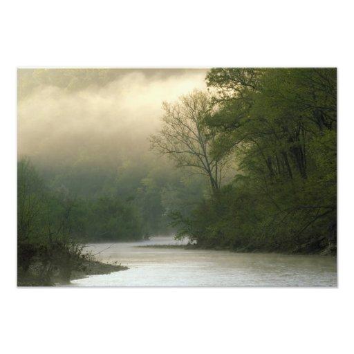 Zonsopgang door mist die van Rode Bluff wordt beke Foto Prints