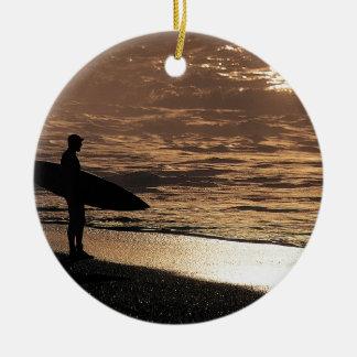 Zonsopgang surfer rond keramisch ornament