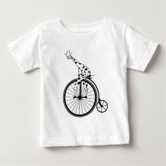 Zwart-witte giraf die een fiets berijden baby t shirts