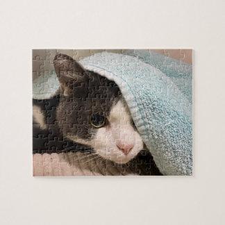 Zwart-witte kat onder handdoekraadsel legpuzzel