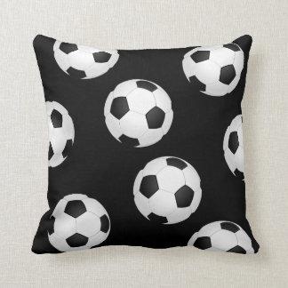 Gepersonaliseerde voetbal patronen kussens - Sterke witte werpen en de bal ...