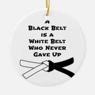 Zwarte band rond keramisch ornament